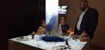 Тема беспечной зимней рыбалки нашла отражение и в современном искусстве. «Божественный луч» от поделочника Лёхи Г. позволяет каждому желающему волшебным образом поднять провалившийся под лед автомобиль. Инсталляцию продемонстрировал в «Ночь музеев» ЦСИ «Заря» во Владивостоке