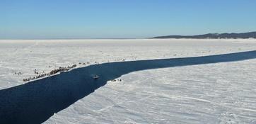 В заливе Мордвинова разлом льда вновь отрезал от берега рыболовов – более 600 человек. Сахалинцы продолжают игнорировать предупреждения и обеспечивать работой спасателей. Фото регионального управления МЧС
