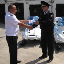 Транспортные средства торжественно вручили наиболее опытным и ответственным сотрудникам. Фото пресс-службы теруправления.