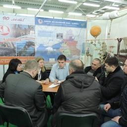 Сотрудники АзНИИРХ и крымские рыбаки обсуждают перспективы сотрудничества. Фото пресс-службы института