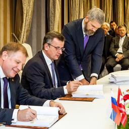 Генеральный директор РРПК Андрей ТЕТЕРКИН и руководитель Адмиралтейских верфей Александр БУЗАКОВ подписали контракт на постройку шести траулеров