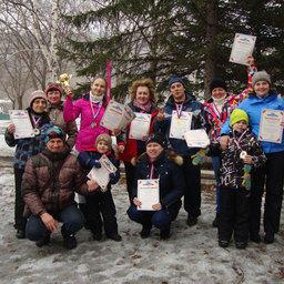 Бронзовые призеры в командном зачете спортсмены Дальрыбвтуза с наградами