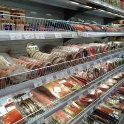 Рыбные полки в супермаркете