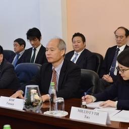 Глава японской делегации Коя ТАКАСИ с коллегами. Фото пресс-службы Росрыболовства