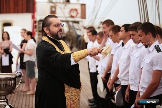 В завершении богослужения на борту священник окропил экипаж святой водой. Фото Александра Кучерука.