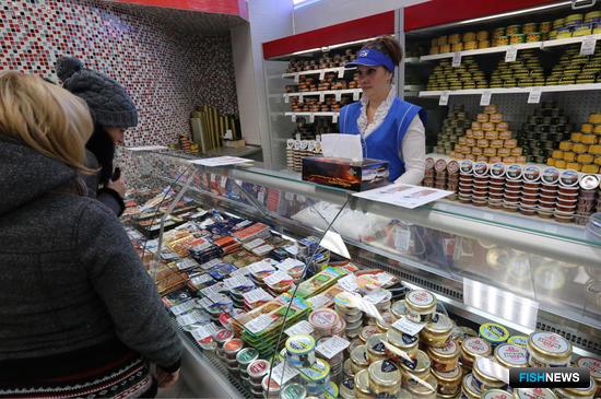 В магазинах представлена охлажденная, мороженая, консервированная и деликатесная продукция. Фото пресс-службы правительства Камчатского края