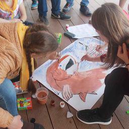 Рисование плаката в защиту лососевых рыб. Фото пресс-службы WWF