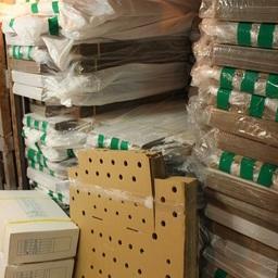 На борту обнаружили 107 ящиков (ориентировочно по 10 кг каждый) варено-мороженных конечностей краба. Фото пресс-службы Пограничного управления ФСБ России по Сахалинской области
