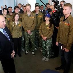 Глава государства Владимир Путин пообщался с участниками строительного отряда. Фото пресс-службы президента