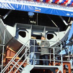 Президент «Антея» Иван МИХНОВ вместе с руководителем Росрыболовства Ильей ШЕСТАКОВЫМ укрепили на корпусе будущего судна закладную доску