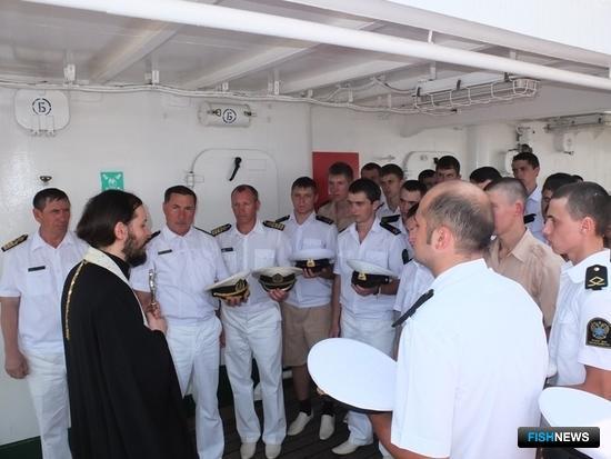 Священник православной церкви в Сингапуре совершил на борту молебен в честь благополучного плавания судна. Фото информационно-аналитического отдела Дальрыбвтуза.
