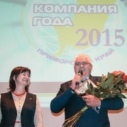Генеральный директор ПБТФ Сергей ЕРЕМЕЕВ получает награду предприятия. Фото Олеси Чуркиной