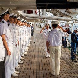 На «Палладе» гостей торжественно встретил личный состав барка. Фото информационно-аналитического отдела Дальрыбвтуза.