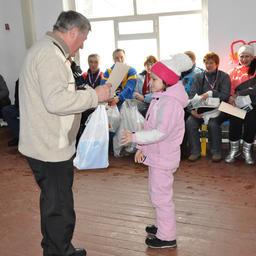 Памятный сувенир и почетная грамота вручаются самому юному члену спортивной делегации Рыбацкой лыжни-2014 семилетней Арине ЧЕРНОВОЙ