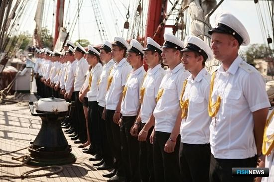 Парадный расчет курсантов во время захода в порт. Фото Александра Кучерука.
