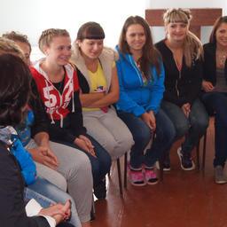 Студенты рассказывают гостям о своей работе на заводе