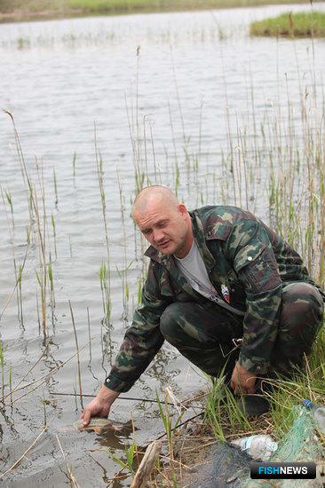 Андрей ЯЦЮК отпускает еще живую рыбу в реку