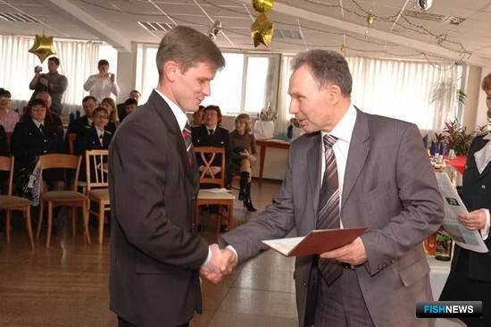 Первый проректор Дальрыбвтуза Иван Карпушин вручает «красный диплом» Алексею ПОПОВУ