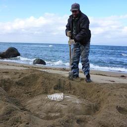 Чтобы измерить и сфотографировать рыбу, пришлось выкопать глубокую яму. Фото пресс-службы государственного природного заповедника «Курильский».