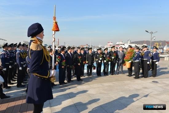 Экипаж и курсанты «Паллады» почтили память российских героев. Фото пресс-службы Дальрыбвтуза.