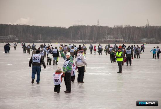 По сигналу все зарегистрировавшиеся рыбаки отправились на лед
