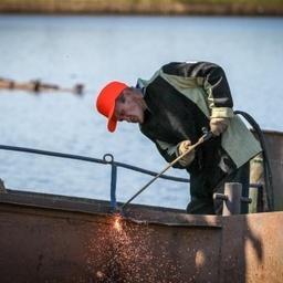 Утилизация брошенного судна на озере Качгорт. Фото пресс-службы администрации НАО