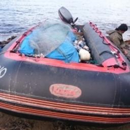 Полицейские изъяли кету, моторную лодку, кунгас, рыболовные сети, рыбацкие костюмы и другие сопутствующие предметы незаконного лова. Фото пресс-службе УМВД России по Сахалинской области