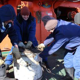 Размотка запутанных тросов. Фото сделано членами экипажа