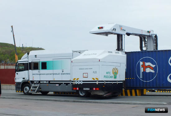 Мобильный инспекционно-досмотровый комплекс сканирует контейнер с грузом