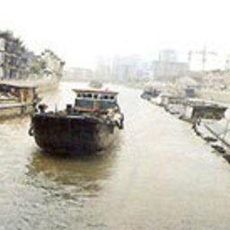 В Великом канале Китая затонуло судно с 200 тоннами серной кислоты
