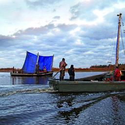 Соймы – одномачтовые суда, на которых столетия назад точно так же ходили по озеру предки нынешних новгородских рыбаков