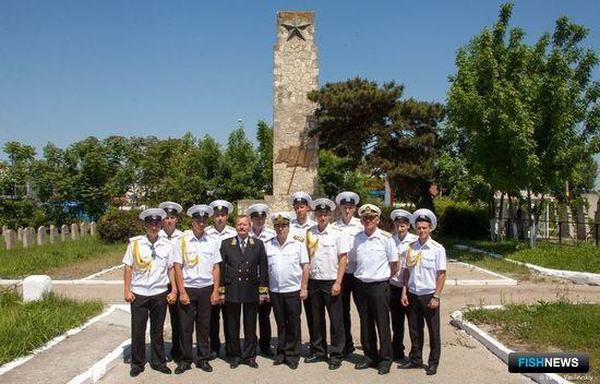 Командование барка и курсанты почтили память советских воинов, павших за освобождение Румынии. Фото Валерия Василевского.