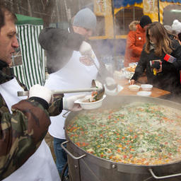 Рыболовов угощали горячей ухой