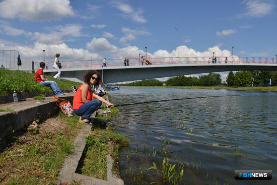 В Москве на гребном канале в Крылатском прошел открытый турнир по любительской рыбалке. Фото пресс-службы ФАР