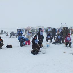 Утро выдалось снежное и ветреное, однако на реку Найба все равно съехалось много народу
