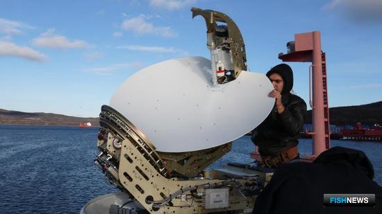 Перед учениями на СМБ «Микула» установлено новейшее оборудование – спутниковая антенна VSAT. Фото предоставлено ФГБУ «Северный ЭО АСР».