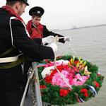 В месте гибели «Варяга» и «Корейца» курсанты спустили на воду венок. Фото корреспондента ИТАР-ТАСС.