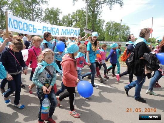 Шествие в День мигрирующих рыб в селе Константиновка Амурской области. Фото пресс-службы WWF