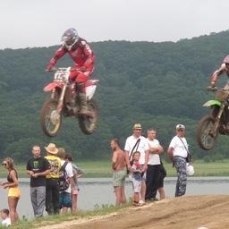 Участники мотокросса парили в небе над зрителями