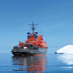 Ледокольно-спасательное судно «Сибирский» у берегов Камчатки. Фото сделано членами экипажа