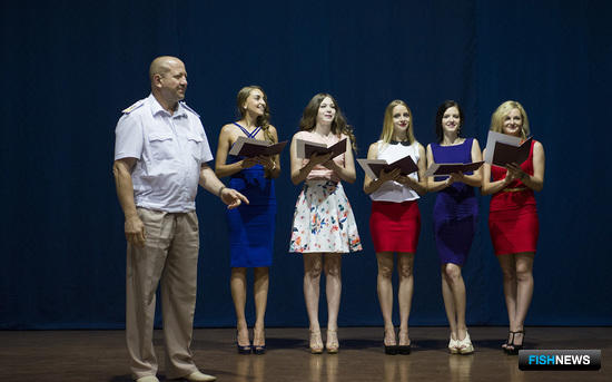Вручение дипломов Дальрыбвтуза о высшем образовании состоялось 20 июня в студенческом клубе «Паллада». Фото пресс-службы университета
