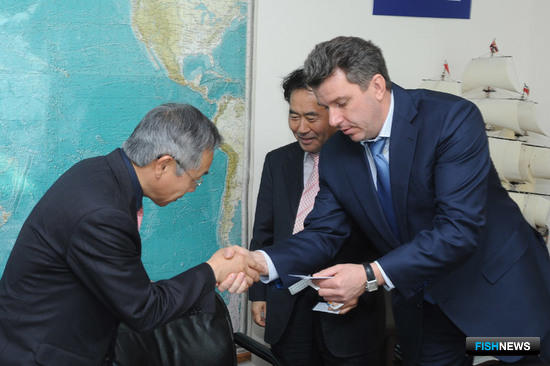 Начальник Владивостокского морского рыбопромышленного колледжа Евгений ДУБОВИК приветствует корейскую делегацию