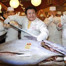Киёси КИМУРА и его покупка. (AP Photo/Koji Sasahara)
