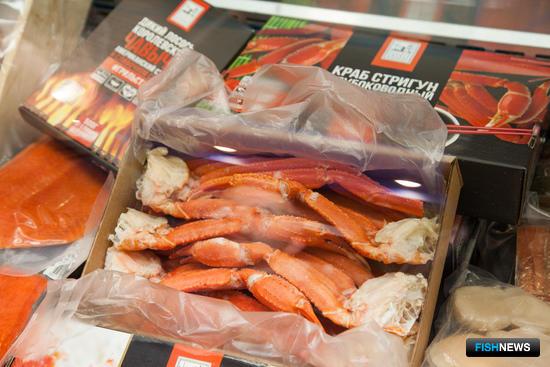 Многочисленных посетителей привлекала возможность поближе познакомиться с изобилием дальневосточной рыбы, икры, морепродуктов в фирменных черно-красных упаковках