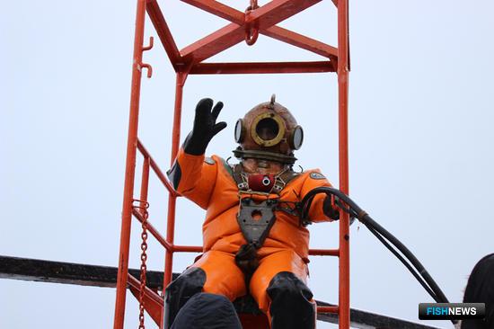 Спуск водолаза. Фото сделано членами экипажа
