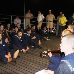 Вечер гитарной песни собрал экипаж и курсантский состав. Фото информационно-аналитического отдела Дальрыбвтуза.