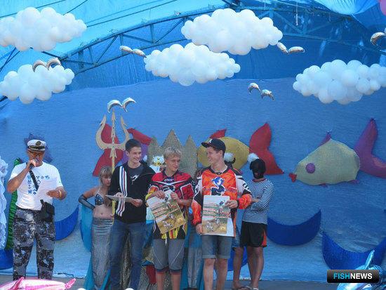 Победители мотокросса получили призы