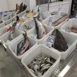 Рыба на прилавке в торговых рядах Южно-Сахалинска