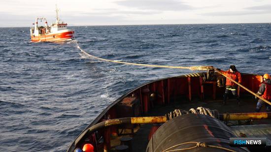 Спасательные суда пришли на выручку рыбакам. Фото предоставлено Северным экспедиционным отрядом аварийно-спасательных работ Росрыболовства.