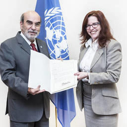 Генеральный директор ФАО Жозе Грациану да Силва принимает документ о ратификации соглашения от посла Кубы при учреждениях системы ООН, находящихся в Риме, Альбы Сото Пиментель. Фото пресс-службы ФАО